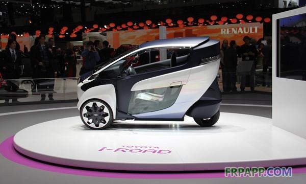 """未来交通工具的一大理想状态就是:当成千上万辆私家车在高峰期堵在马路上时,你开着一辆双座、零排放的轻量式电动车自由穿梭,傲视那些缓慢爬行、同时排放着一氧化碳、碳氢化合物、烟尘微粒等有害物的燃油汽车。 丰田在日内瓦车展上首次推出了一款全封闭、三轮两座、纯电动的概念车型—i-ROAD。这出乎人们的意料,自丰田去年宣布""""改弦易张""""之后,丰田一直将研发重点放在混合动力技术上。 这款小型电动车全长2."""